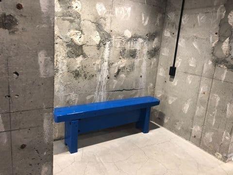 ゲルチョップが手掛けた青いベンチ