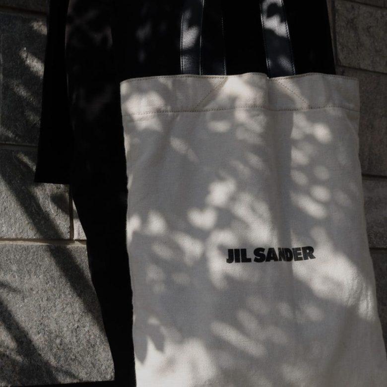 【2年愛用レビュー】ジルサンダーのキャンバストートバッグは大人コーデを格上げする名作|おすすめのコーデや使用感・評判など