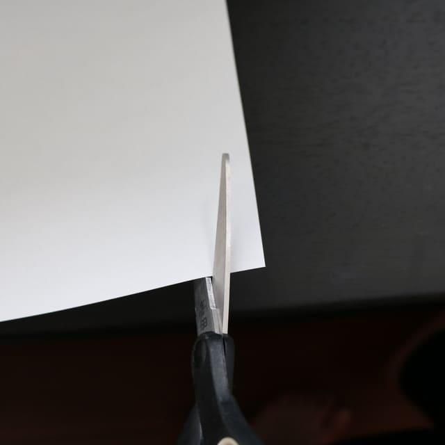 ステップ①:紙を細く切って手首に合わせます。(コピー用紙など)