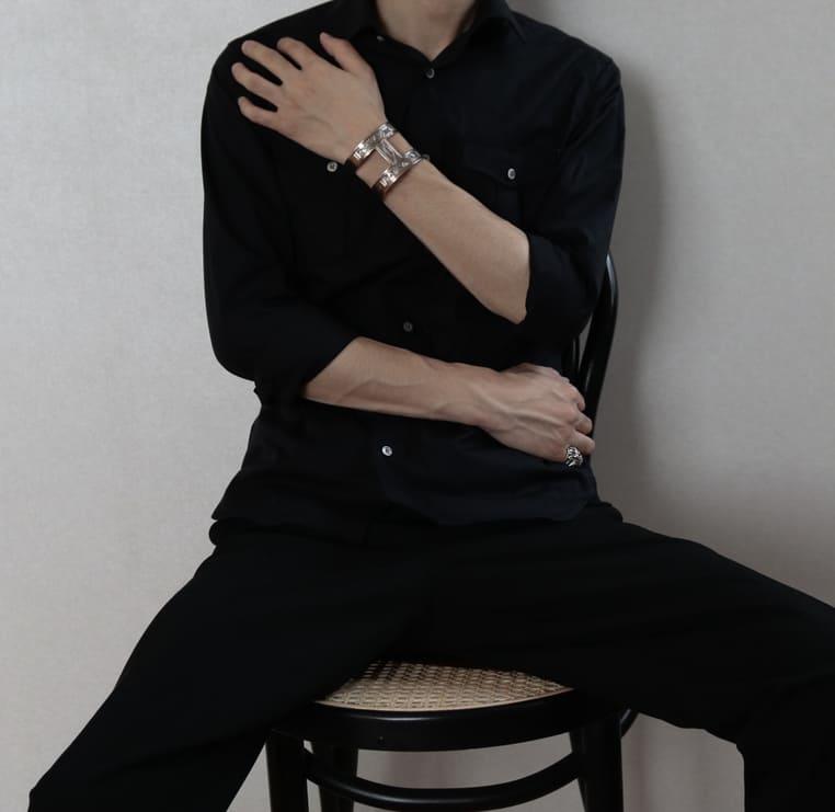 ①:【キレイめコーデ】大人のオールブラック黒シャツ