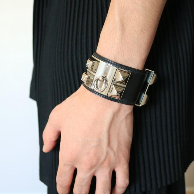 ①:3割増で男らしい腕元を演出する黒×シルバー